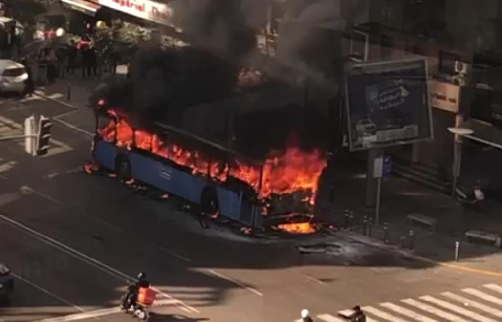 خطير: النيران تلتهم حافلة للنقل الحضري بالبيضاء + فيديو