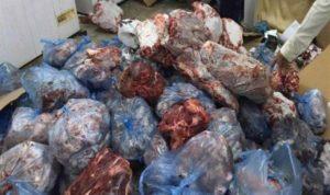 حجز حوالي طن من اللحوم الفاسدة كانت في طريقها لبائعي الأكلات الخفيفة