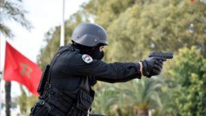 استعمال شرطي سلاحه الوظيفي بشكل تحذيري ضد شخص من ذوي السوابق القضائية